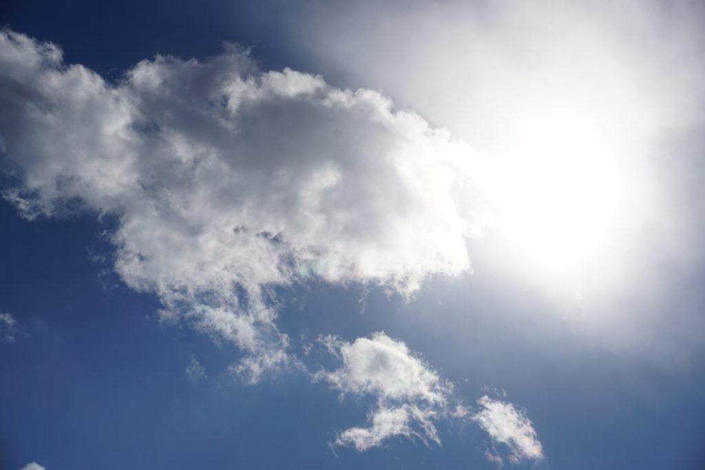 見上げる 彩雲?