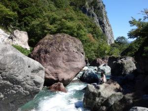 ヒスイのふるさと小滝川ヒスイ峡の清流と巨岩を眺める