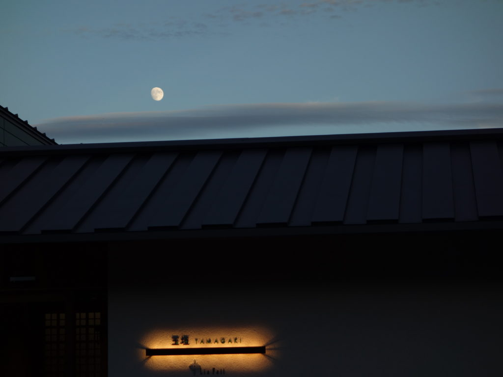 月齢十二と「玉垣」の夕景