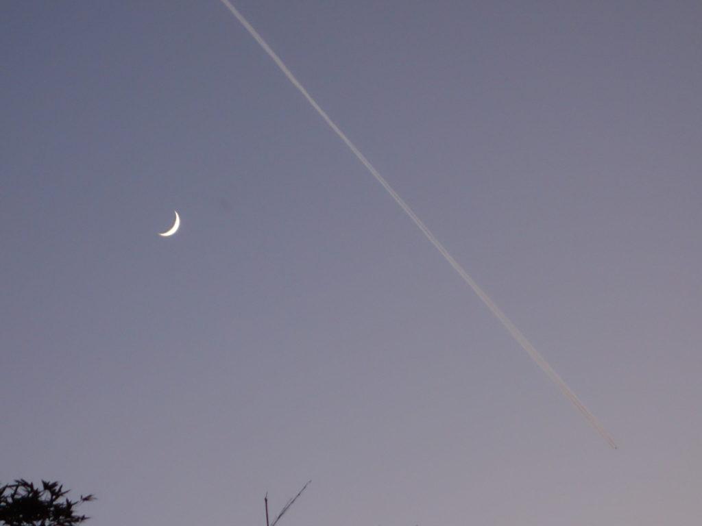 玉垣からの風景③月齢2.9の三日月とひこうき雲。