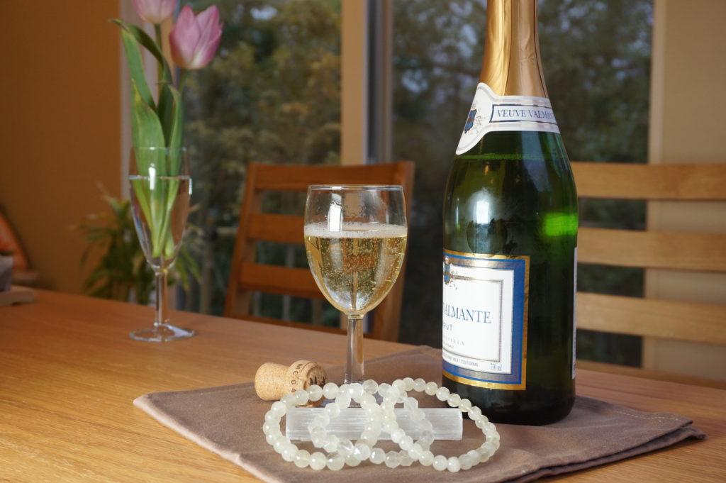 リビアングラスのブレスレットとスパークリングワイン