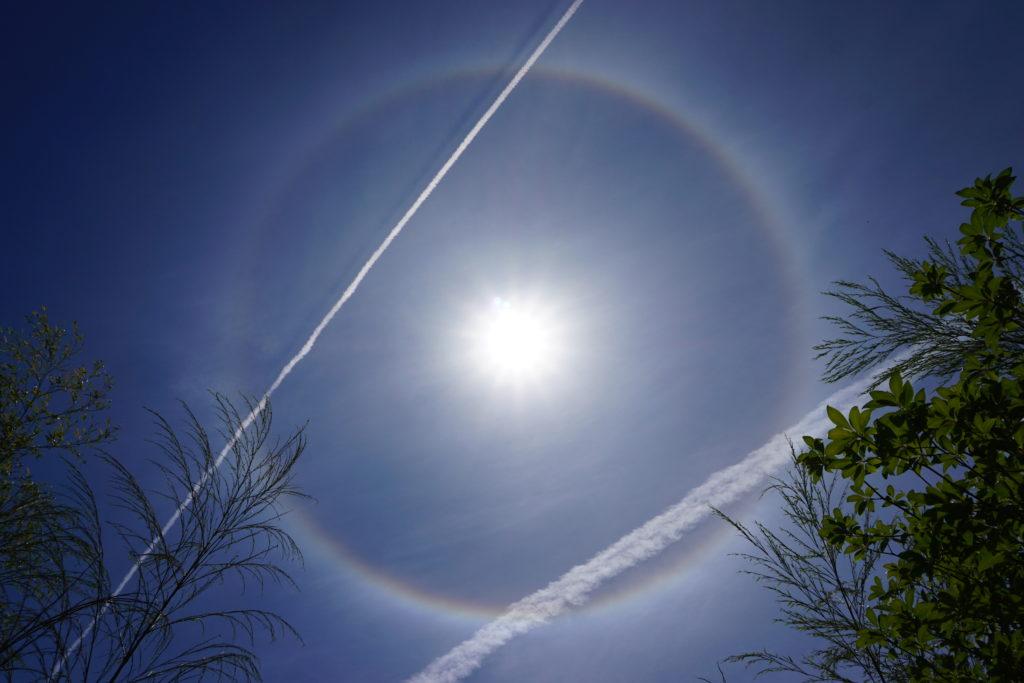 ハロ(日暈・ひがさ)とひこうき雲