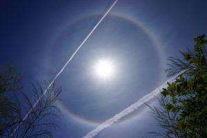 ハロ(日暈・ひがさ)とひこうき雲-01