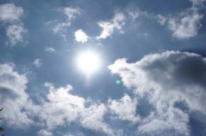「ブルーミストクォーツ(パスウェイクォーツ)」 コロンビア産 撮影中の青空